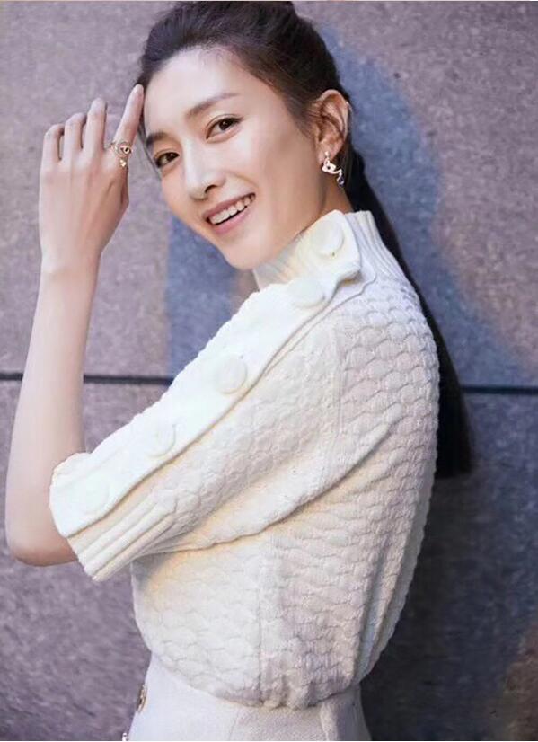 江疏影明星同款2019早春白色立领短袖毛衣半身裙时尚针织白色套装